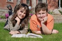 Crianças de sorriso com um livro Fotos de Stock Royalty Free