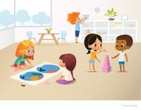 Crianças de sorriso que fazem tarefas diferentes na escola primária Meninos e meninas que constroem a pirâmide fora dos blocos e  ilustração do vetor