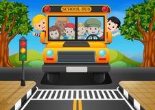 crianças de um ônibus escolar ilustração do vetor