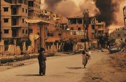 Crianças desabrigadas na cidade destruída que procura o abrigo foto de stock royalty free