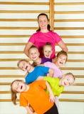 Crianças desportivas felizes com treinador imagem de stock royalty free