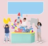 Crianças diversas alegres que jogam com brinquedos fotos de stock
