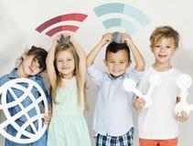 Crianças diversas com ícones do Internet Fotografia de Stock Royalty Free