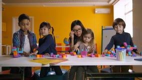 Crianças diversas que jogam com brinquedos desenvolventes filme