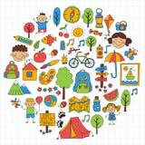 Crianças do acampamento de verão, jogos de crianças de acampamento das crianças, caminhando, cantando, pescando, andando, tirando Imagens de Stock