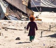 Crianças do campo de refugiados de Afeganistão no noroeste na estação de combate média imagem de stock