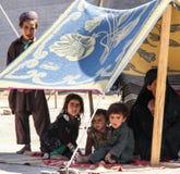Crianças do campo de refugiados de Afeganistão no noroeste na estação de combate média imagens de stock