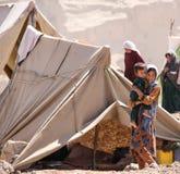 Crianças do campo de refugiados de Afeganistão no noroeste na estação de combate média foto de stock