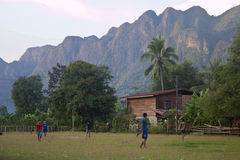 Crianças do futebol do jogo da vila de Kong Lo fotos de stock