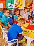 Crianças do grupo com pintura da escova no jardim de infância Foto de Stock