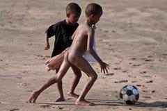 Crianças do Kenyan que jogam o futebol Fotografia de Stock