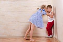 Crianças do menino e da menina que jogam em casa fotografia de stock