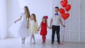 Crianças do menino e dos amigos de meninas com balões filme