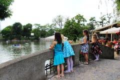 Crianças do ponto de vista do lago Ariana, Sofia Bulgaria Imagens de Stock