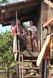 Crianças do sorriso na vila dos pobres de Bunong da minoria étnica de Camboja Fotografia de Stock