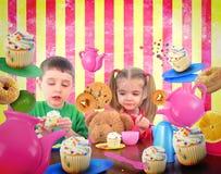 Crianças do tea party com alimento fotografia de stock royalty free