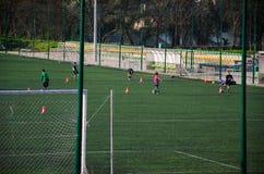 Crianças do treinamento do futebol do futebol Imagem de Stock Royalty Free