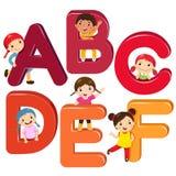 Crianças dos desenhos animados com letras de ABCDEF ilustração do vetor