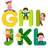 Crianças dos desenhos animados com letras de GHIJKL ilustração royalty free