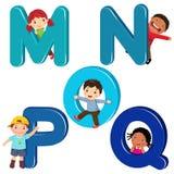 Crianças dos desenhos animados com letras de MNOPQ ilustração do vetor