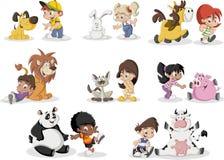 Crianças dos desenhos animados que jogam com animal de estimação dos animais Fotografia de Stock Royalty Free