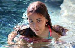 Crianças dos olhos verdes da menina que jogam na associação no recurso tropical em Los Cabos México foto de stock