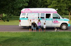 Crianças e cão no caminhão do gelado da vizinhança Imagem de Stock Royalty Free