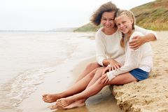 Crianças e conceito feliz do pai - abraçando a mãe e o d Fotos de Stock