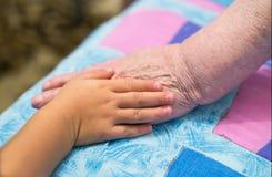Crianças e mãos velhas Imagem de Stock Royalty Free