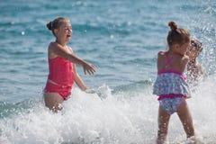 Crianças e mar felizes Imagem de Stock Royalty Free