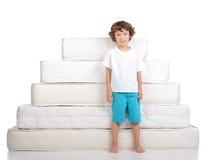 Crianças e muitos colchões Foto de Stock