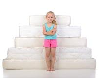 Crianças e muitos colchões Fotos de Stock Royalty Free