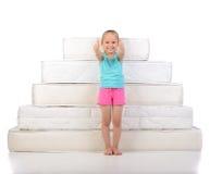 Crianças e muitos colchões Fotografia de Stock Royalty Free