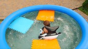 Crianças e natureza Adultos novos Conceito de viagem férias Curso com crianças Jogos da água Infância feliz video estoque