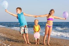 Crianças e o mar. Imagem de Stock