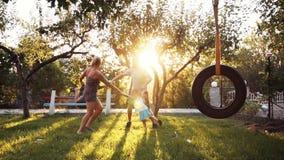 Crianças e pais que jogam no parque vídeos de arquivo