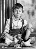 Crianças e pombos Foto preto e branco Menina e menino Irmão e irmã imagens de stock