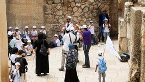 Crianças e povos de Israel Jewish que dançam fora Fotos de Stock