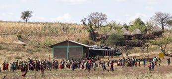 Crianças e professores da escola rural em um campo de jogos da escola Fotografia de Stock Royalty Free