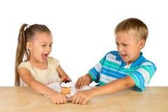 Crianças e um queque Imagem de Stock