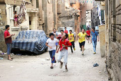 Crianças egípcias árabes felizes que comemoram Imagens de Stock Royalty Free