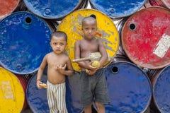 2 crianças em áreas de Sadarghat do rio de Karnafuli, Chittagong do amante do grilo, Bangladesh Fotos de Stock