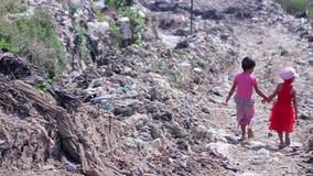 Crianças em áreas pobres video estoque