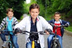 Crianças em bicicletas Fotos de Stock Royalty Free