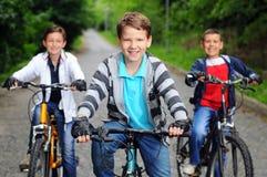 Crianças em bicicletas Fotografia de Stock