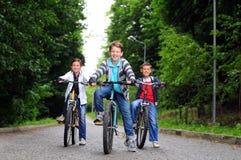 Crianças em bicicletas Fotografia de Stock Royalty Free
