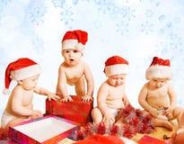 Crianças em chapéus do Natal foto de stock