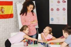 Crianças em classes espanholas imagens de stock royalty free