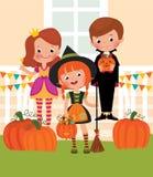 Crianças em comemoração de Dia das Bruxas na entrada ilustração royalty free