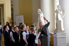 Crianças em excursões no museu do russo fotos de stock royalty free